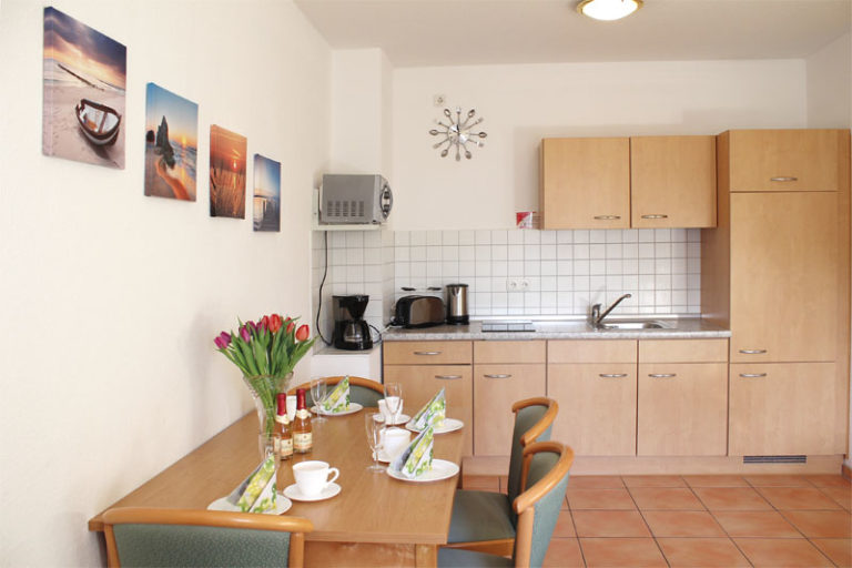 Küche und Essbereich Ferienwohnung Strandschlösschen Kühlungsborn .JPG